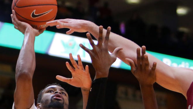 Tennessee guard Kevin Punter (0) shoots the ball against the South Carolina on Jan. 23, 2016.