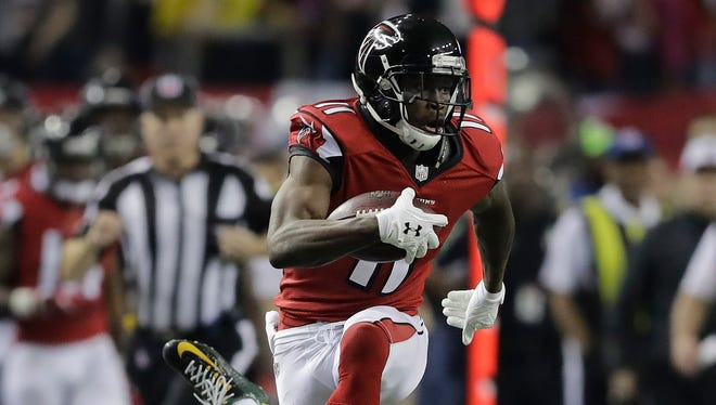 Atlanta Falcons' Julio Jones catches a touchdown pass in front of Green Bay Packers' LaDarius Gunter during the second half of the NFL football NFC championship game Sunday, Jan. 22, 2017, in Atlanta.