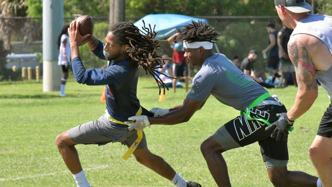 Alan Alexander catches a short pass and makes a move against a defender during his team's semifinals matchup on Sunday in Palm beach Gardens.