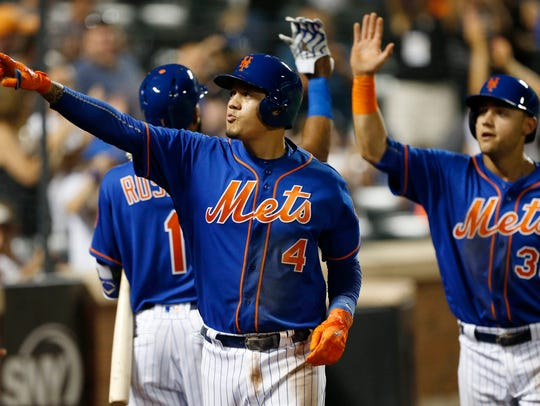 New York Mets third baseman Wilmer Flores (4) reacts