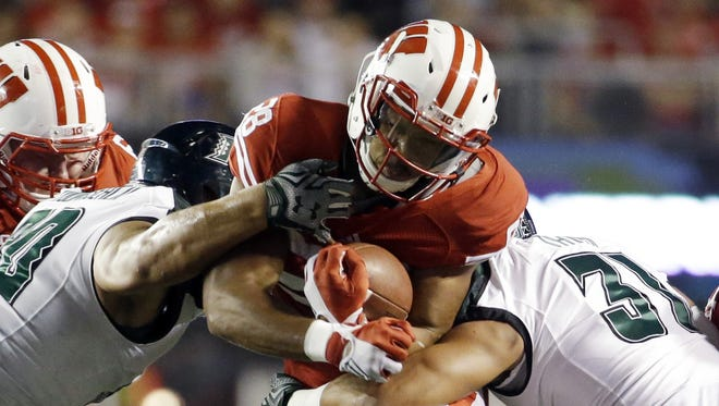 Morry Gash/Associated Press Taiwan Deal of Wisconsin tries to run between Hawaii?s Jahlani Tavai and Gaetano DeMattei on Saturday in Madison. Deal rushed for a career-high 147 yards in the Badgers? 28-0 victory. Wisconsin's Taiwan Deal tries to run between Hawaii's Jahlani Tavai (31) and Gaetano DeMattei during the first half of an NCAA college football game Saturday, Sept. 26, 2015, in Madison, Wis. (AP Photo/Morry Gash)