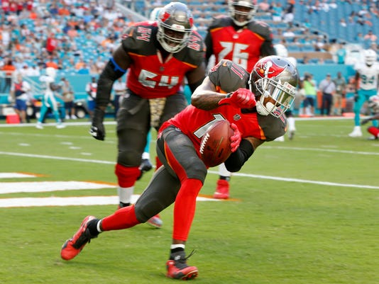 Fitzpatrick throws 2 touchdowns, Bucs top Dolphins 30-20