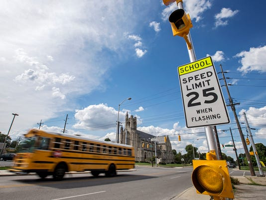 636062727049906650-School-zone-lights-JRW04.JPG