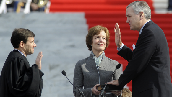 Luther Strange takes the oath of office as Alabama
