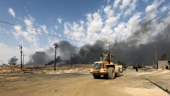 Smoke rise from burning oil fields which was damaged during the fighting between Iraqi forces and Islamic state fighters(IS) in Qayara town, some 50 kilometers south of Mosul, northern Iraq, Oct. 31, 2016.