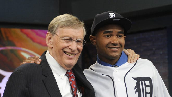 Former MLB commissioner Bud Selig, left, poses with outfielder Derek Hill from Elk Grove High School in Sacramento, California, at the 2014 MLB baseball draft Thursday, June 5, 2014, in Secaucus, N.J.