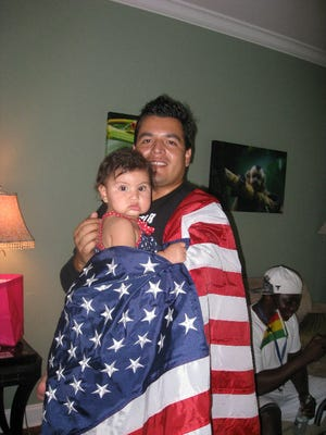 Escritor Luis Santos Zanelli con su sobrina y la bandera Americana.