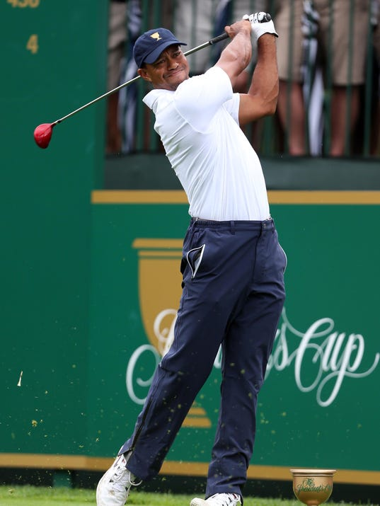 2013-10-6 tiger woods tees off on 1
