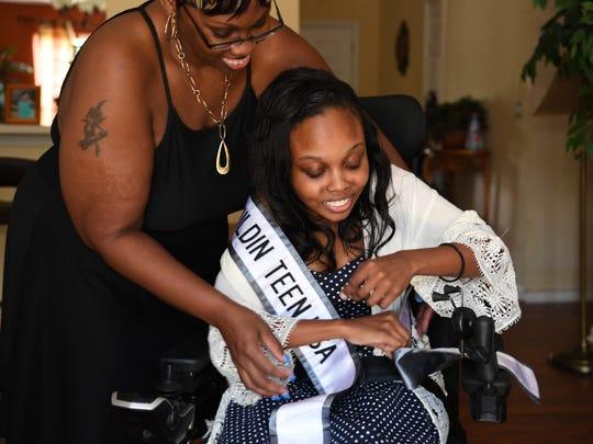 Christie Hentz, left, helps her daughter Miss Mauldin