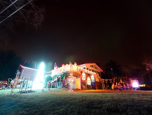 636488704153437460-171214-04-Solon-Christmas-lights-ds.jpg