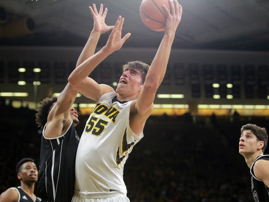 636501814036908391-171229-16-Iowa-vs-NIU-mens-basketball-ds.jpg