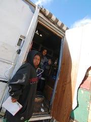 Un niño se refugia temporalmente en una casa rodante.