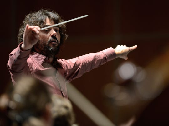 Octavio Mas-Arocas conducts the Green Bay Symphony