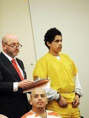 Abogado defensor Jeremy Dzubay y Gonzalo Curiel, a la derecha, en la corte del Condado de Monterey en Salinas.