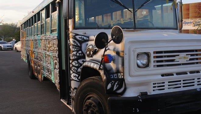 Un autobús decorado con obras del muralista Carlos Rivas recorrerá la periferia de los barrios predominantemente latinos en Arizona, para llevar clases de pintura y actividades artísticas a los menores con menos oportunidades.