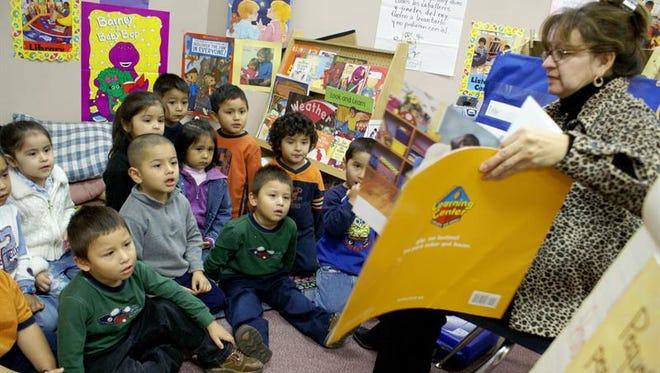 Un gran número de alumnos de bajos recursos e integrantes de minorías, sumado a una falta de inversión en esos grupos, ha puesto a Nevada y Nuevo México al final de la lista de avance educativo en el país, según maestros y padres.