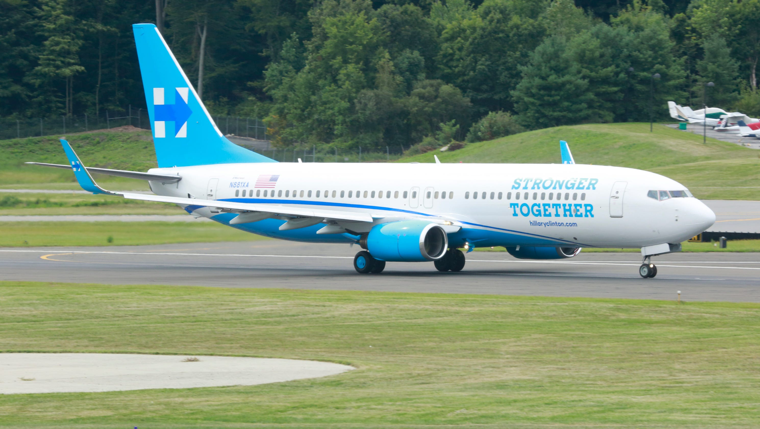Hillary clinton 39 s new campaign plane debuts in westchester for Airplane plan