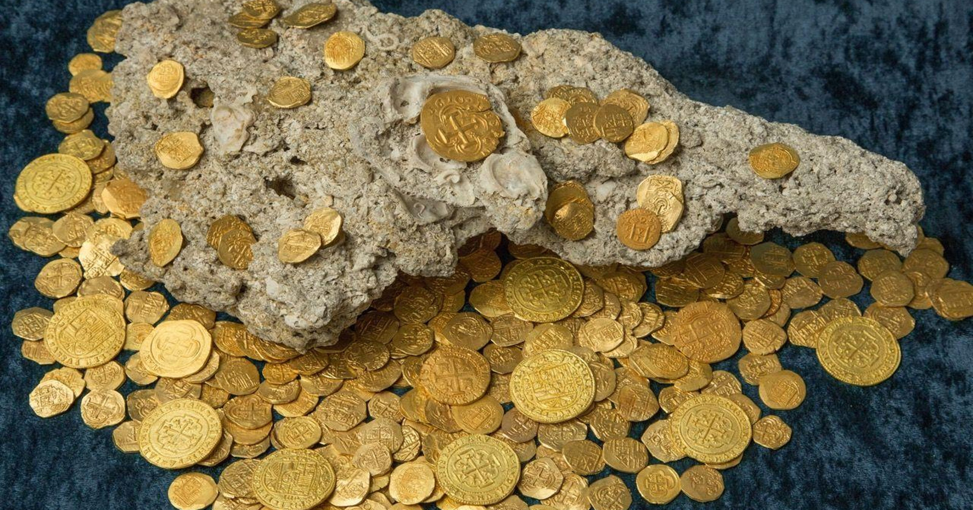 Florida Divers Find 300 Year Old Gold Coins Worth 45m Fun Metal Detector To Findcoins At The Beach