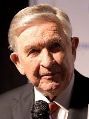 Legendary former Tennessee coach and player Johnny Majors talks to media on the green carpet during the 2017 American Football Coaches Awards at the Grand Ole Opry in Nashville, Tenn., Tuesday, Jan. 10, 2017.