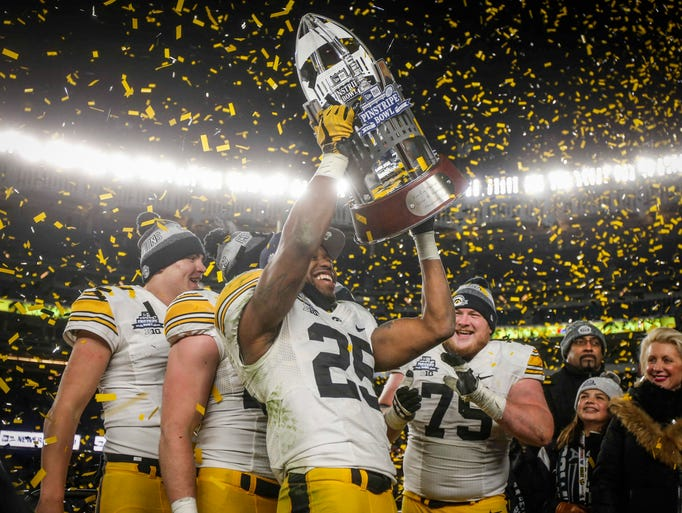 Iowa senior running back Akrum Wadley raises the 2017