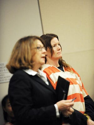 Tami Huntsman, a la derecha, y la abogada defensora Kay Duffy escuchan instrucciones de la corte, el miércoles, 27 de enero.