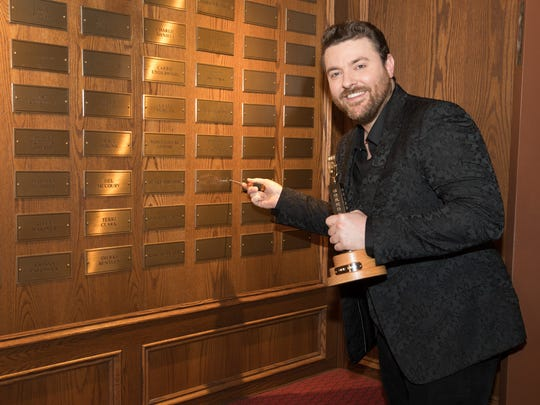 Chris Young places his nameplate on the wall in the member gallery at the Grand Ole Opry House.