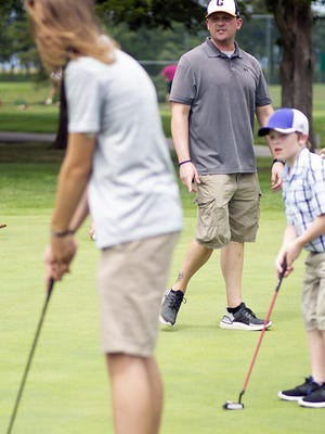 Galesburg High School boys golf coach Jim Noonan oversees freshmen on the putting green at Bunker Links during the first day of practice for the Silver Streaks on Monday afternoon. [STEVE DAVIS/For The Register-Mail