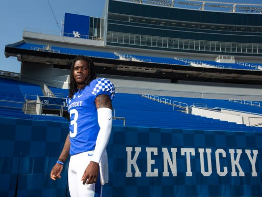 Kentucky_QB_Competition_Football_33756.jpg