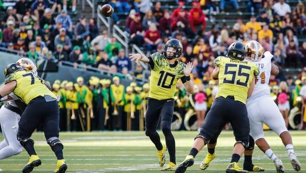 Oregon quarterback Justin Herbert (10, passes in the second quarter against Arizona in an NCAA college football game Saturday, Oct. 29, 2016 in Eugene, Ore. (AP Photo/Thomas Boyd)
