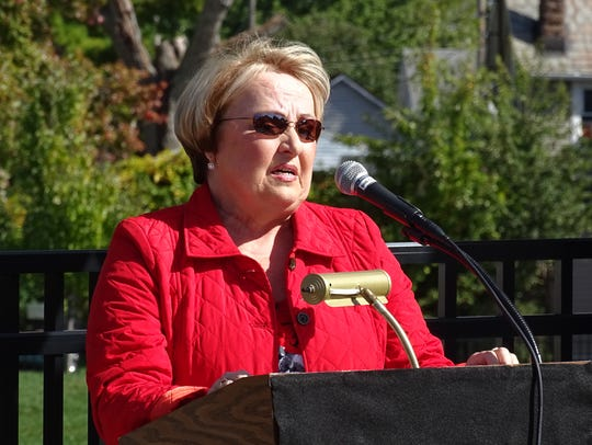 Deb Hoover, vice-president of the Class of 1969, explains