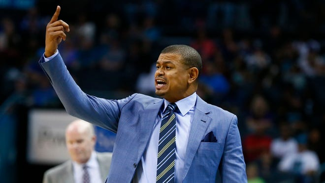 Phoenix Suns head coach Earl Watson calls out in the first half against the Charlotte Hornets at Spectrum Center, Mar. 26, 2017.