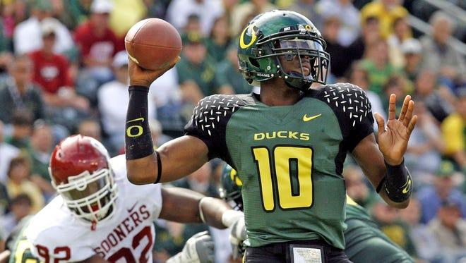 Oregon's quarterback Dennis Dixon (10 ) passes as Oklahoma's Larry Birdine (92) rushes in during the fourth quarter of their college football game Saturday, Sept. 16, 2006. Oregon defeated Oklahoma 34-33.(AP Photo/Rick Bowmer)