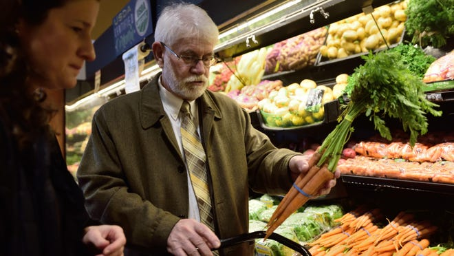 Salem Mayor Chuck Bennett and Kaiser Permanente Health Coach Kara Lee shop for food for his plant-based diet.