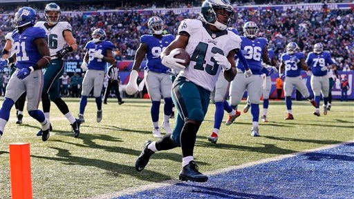 Running back Darren Sproles finishes off his 6-yard touchdown run against the Giants on Sunday in the Eagles' 35-30 win.