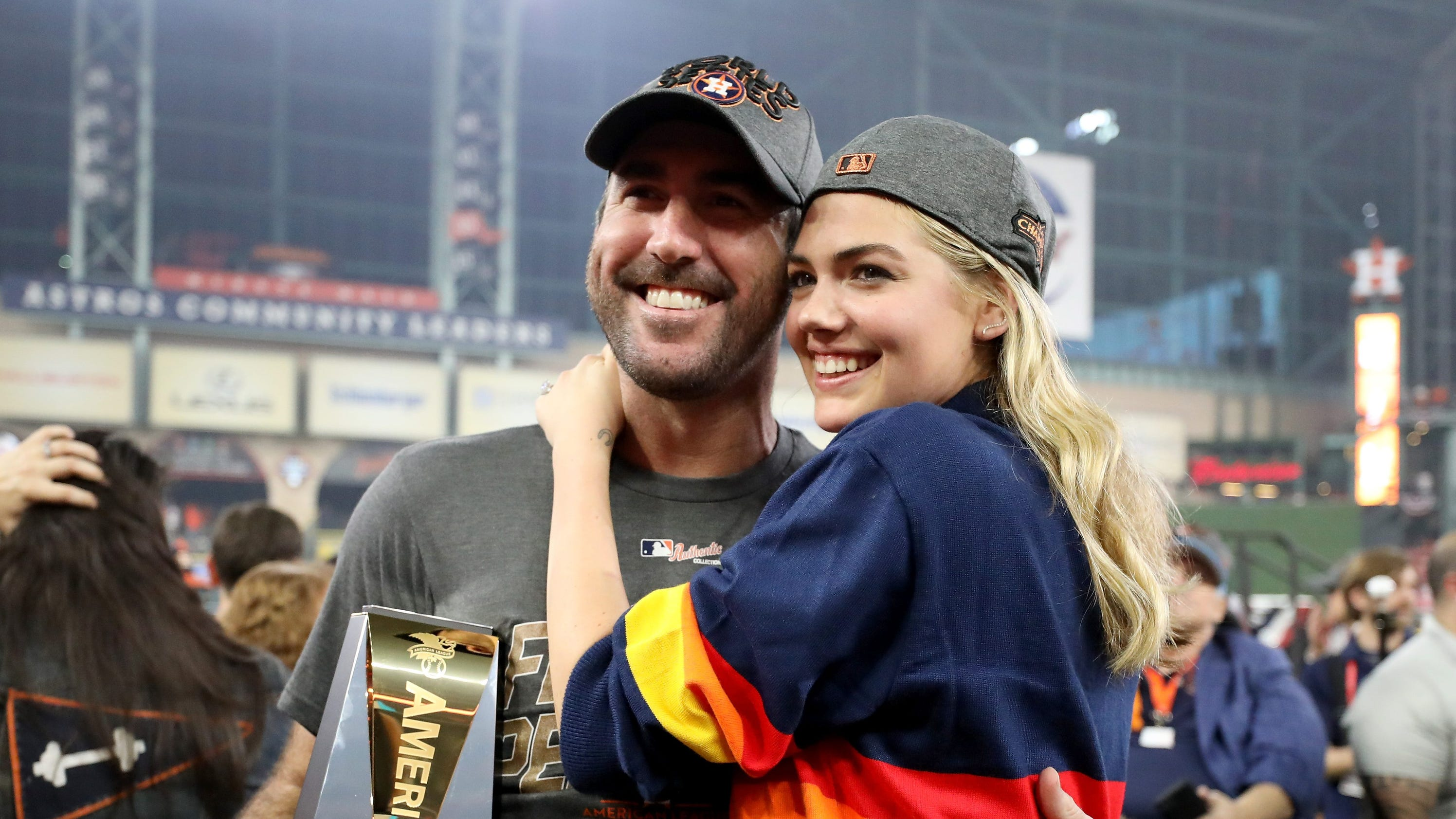 b0dff99feb61 Kate Upton proves World Series rings are humongous