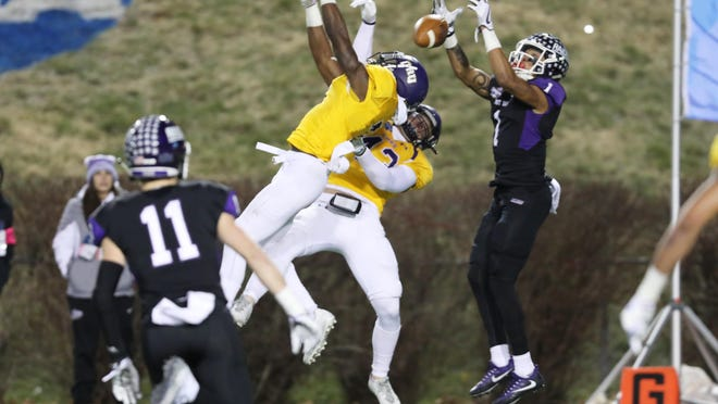 Mount Union's Justin Hill catches a touchdown pass in the 2017 Amos Alonzo Stagg Bowl against Mary Hardin-Baylor. (File photo)