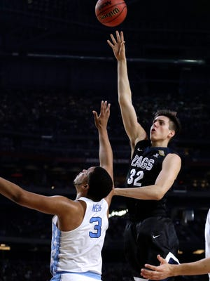 Gonzaga forward Zach Collins (32) shoots over North Carolina forward Kennedy Meeks (3) during the first half in the finals of the Final Four NCAA college basketball tournament, Monday, April 3, 2017, in Glendale, Ariz. (AP Photo/David J. Phillip)