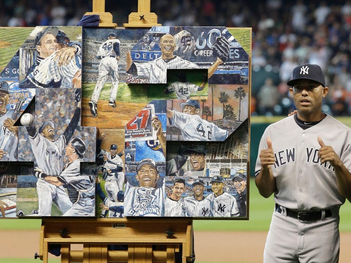 Mariano Rivera gives a thumbs up to a painting presented to him by the Astros.