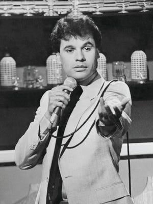El cantautor Juan Gabriel en una de sus actuaciones en sus inicios de su carrera.