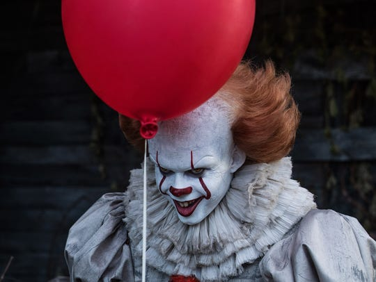 The evil clown Pennywise (Bill Skarsgård) threatens