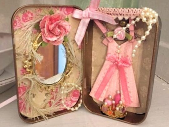 Altered Altoid Tin: Dressing room