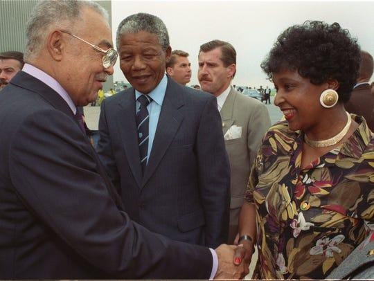 Mayor Coleman Young shakes hands with Winnie Mandela