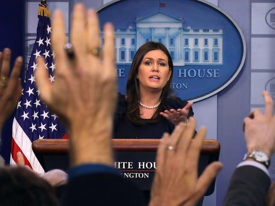 Sarah Huckabee Sanders, secretaria de prensa de la Casa Blanca, habla con los reporteros en Washington, D.C.