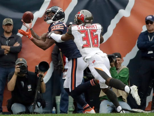 Bears receiver Allen Robinson catches a touchdown against the Buccaneers.