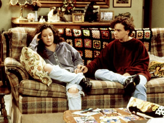 Darlene Conner (Sara Gilbert) and boyfriend David Healey (Johnny Galecki) confront their feelings for each other in Season 5.