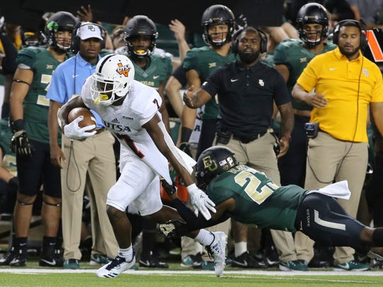 UTSA wide receiver Kerry Thomas Jr., left, scores past Baylor cornerback Jourdan Blake during the second half of an NCAA college football game, Saturday, Sept. 9, 2017, in Waco, Texas. (Jerry Larson/Waco Tribune Herald, via AP)