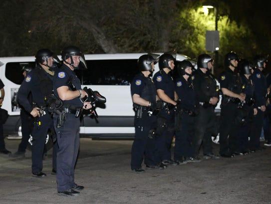 Varios policías vigilan a los manifestantes a las afueras