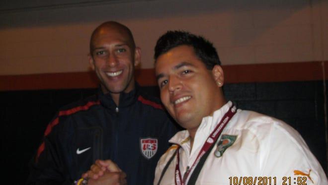Luis Santos Zanelli con Tim Howard.