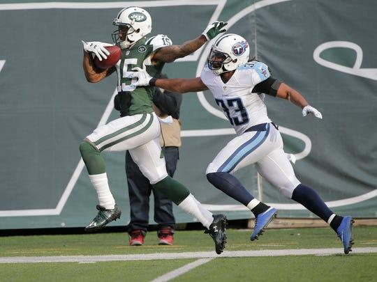 New York Jets wide receiver Brandon Marshall (15) runs