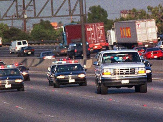 On June 17, 1994, Law enforcement vehicles keep a close tail on a white Ford Bronco carrying O.J. Simpson during a northbound chase on the 405 San Diego freeway in Los Angeles county.  Simpson was driven by Al Cowlings, a lifelong friend and teammate to his California 真人百家家乐官网网站home.